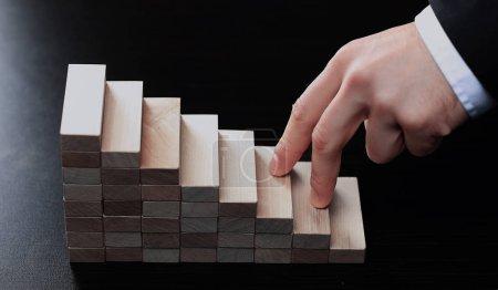 Photo pour Escaliers d'escalade faits à la main par des blocs en bois - image libre de droit