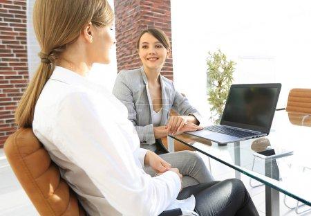 Photo pour Équipe d'affaires discutant des questions d'affaires au bureau. le concept d'entreprise . - image libre de droit