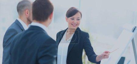 Photo pour Portrait de femme d'affaires exécutif présentant son idée à ses collègues de la réunion. Travail d'équipe. - image libre de droit