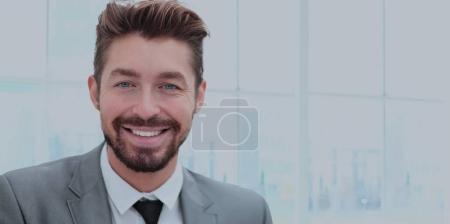 Photo pour Homme d'affaires prospère dans un bureau avec un fond flou - image libre de droit