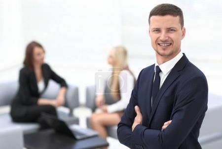 Photo pour Portrait de l'homme d'affaires prospère sur le Bureau de l'arrière-plan flou - image libre de droit