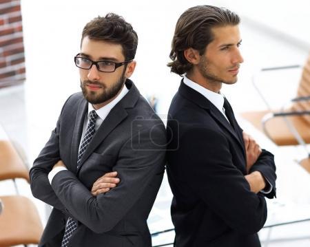 Foto de Dos hombres de pie espalda con espalda y apoyar cada other.business concepto - Imagen libre de derechos