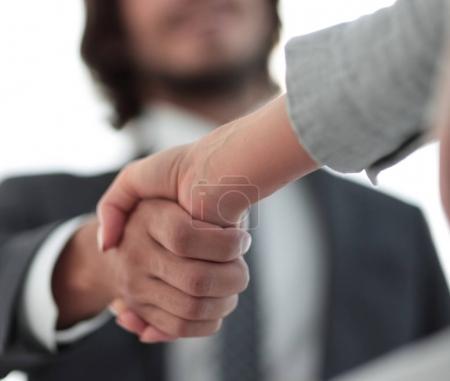 Photo pour Entretien d'embauche réussi avec le patron et la poignée de main des employés - image libre de droit