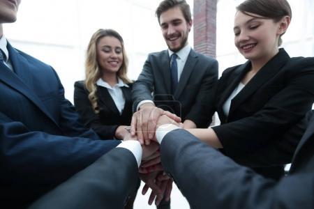 Foto de Closeup.business equipo con las manos juntas .the concepto de trabajo en equipo - Imagen libre de derechos