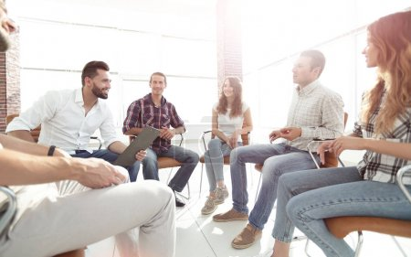 Photo pour Équipe créative assis dans une leçon sur le team building - image libre de droit
