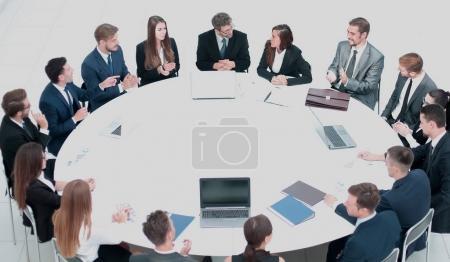 Photo pour Table ronde au congrès d'affaires et présentation. Auditoire à la salle de conférence . - image libre de droit