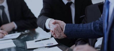 Photo pour Poignée de main de leurs partenaires commerciaux après discussion de la finance - image libre de droit