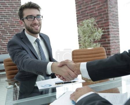 Photo pour Poignée de main de leurs partenaires commerciaux après avoir signé le contrat financier - image libre de droit