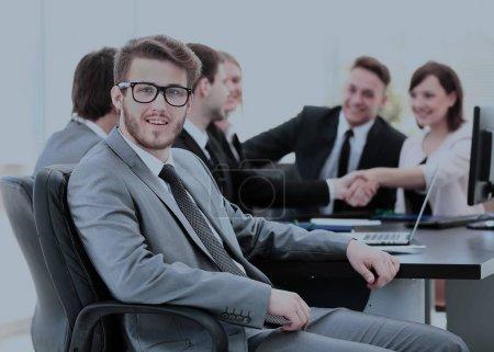 Photo pour Au premier plan financier souriant dans le contexte de poignée de main des partenaires commerciaux et de l'équipe d'affaires dans le lieu de travail de bureau. la photo a un espace pour votre texte - image libre de droit