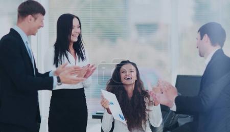 Photo pour Comptable professionnel avec une équipe de rapport et affaires équilibre applaudissant succès - image libre de droit