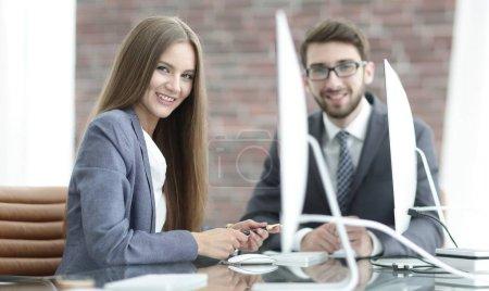 Photo pour Le gestionnaire communique avec le client à votre bureau - image libre de droit