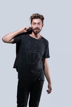 Portrait d'un homme barbu branché sur un fond gris