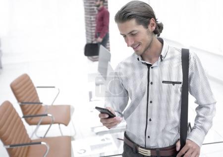 Photo pour Jeune employé permanent dans le office.photo avec l'espace de copie - image libre de droit