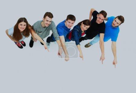 grupo de jóvenes que señalan algo .