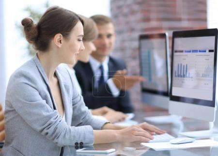 Photo pour Équipe d'affaires discutant des tableaux financiers sur un lieu de travail au bureau - image libre de droit