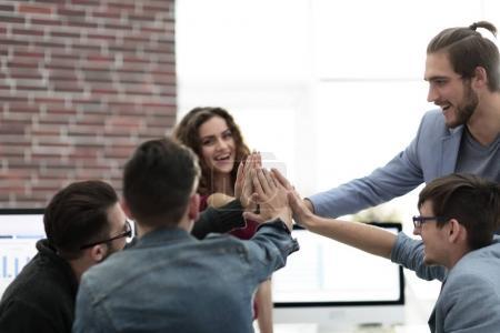 Photo pour Équipe d'affaires montrant l'unité avec leurs mains ensemble.concept de travail d'équipe - image libre de droit