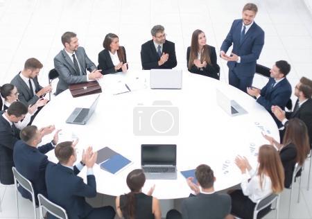 Photo pour Les gens d'affaires applaudissant conférencier lors d'une réunion d'affaires. le concept de partenariat - image libre de droit