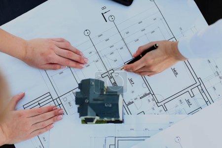 Photo pour Maison modèle d'architectes avec plan et plans - image libre de droit