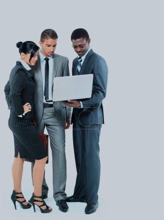 Photo pour Portrait d'une équipe d'affaires travaillant ensemble sur un ordinateur portable - image libre de droit