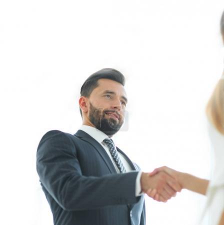 Photo pour Gens d'affaires se serrant la main, pour terminer une réunion - image libre de droit