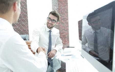 Photo pour Poignée de main d'un homme d'affaires et comptable dans le bureau - image libre de droit