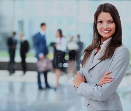 Photo pour Portrait de femme d'affaires souriant dans un bureau . - image libre de droit