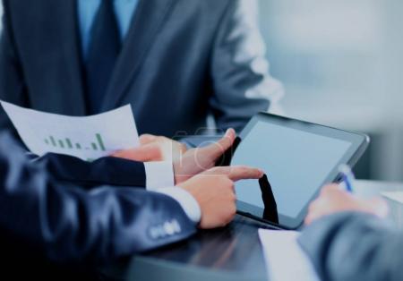 Photo pour Homme d'affaires tenant tablette numérique - image libre de droit