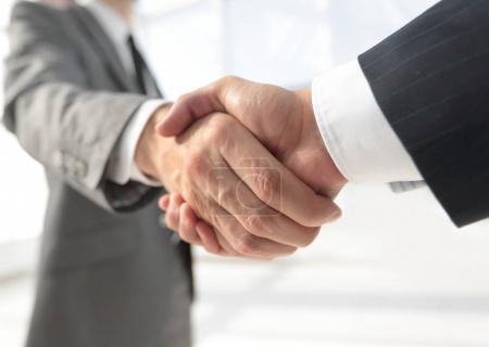 Photo pour Divers hommes d'affaires serrant la main. Isolé sur blanc. - image libre de droit