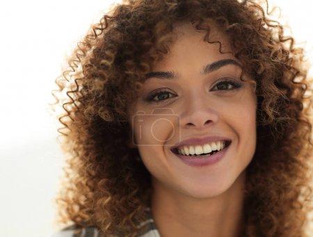 Photo pour Gros plan sur le visage d'une belle jeune femme aux cheveux bouclés. Photo avec espace de copie - image libre de droit