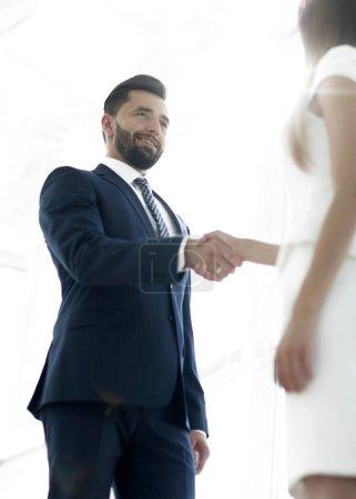 Foto de Gente de negocios dándose la mano, terminando una reunión - Imagen libre de derechos