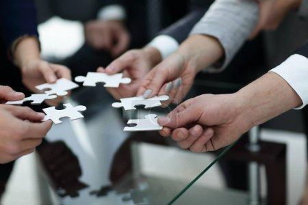 Photo pour Groupe de gens d'affaires assembler le puzzle, soutien de l'équipe et aide concept. - image libre de droit