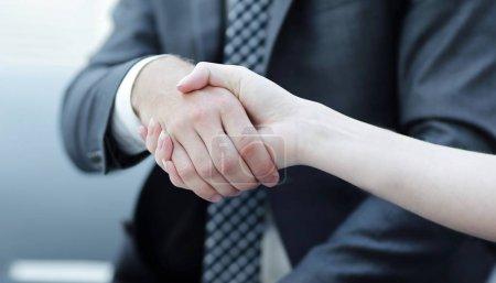 Photo pour Poignée de main rapprochée des partenaires commerciaux. le concept de partenariat - image libre de droit