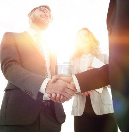 Photo pour Des hommes d'affaires se serrent la main pour conclure un accord - image libre de droit
