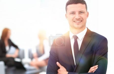 Photo pour Portrait d'un homme d'affaires prospère sur fond flou bureau - image libre de droit