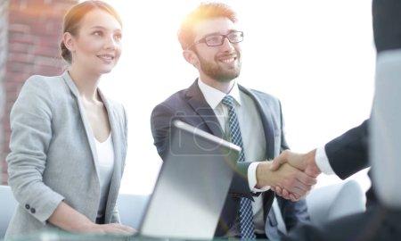 Photo pour Poignée de main amicale des partenaires commerciaux après avoir discuté du contrat - image libre de droit