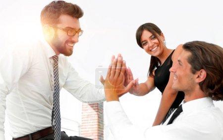 Photo pour Membres de l'équipe de l'entreprise donnent mutuellement élevé cinq. Le concept de success.photo avec l'espace de copie - image libre de droit