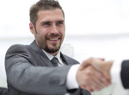 Foto de Primer plano .handshake de los socios de negocios en un escritorio en la oficina - Imagen libre de derechos