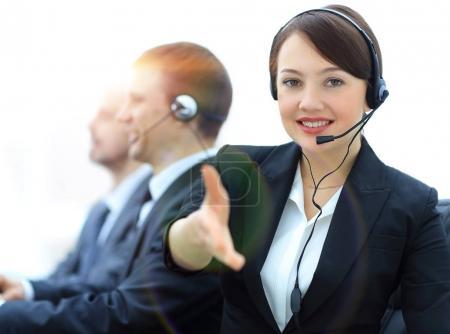 Photo pour Gestionnaire de centre d'appels tend la main à serrer la hands.photo avec l'espace de la copie - image libre de droit