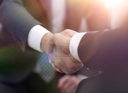 Homme d'affaires confiant se serrant la main