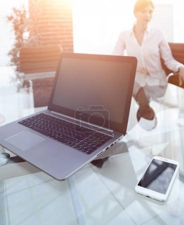 Photo pour Portable et un smartphone sur le bureau d'un homme d'affaires. Lieu de travail. - image libre de droit