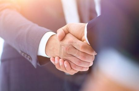 Photo pour Vue rapprochée des mains d'un homme d'affaires au bureau dans les vêtements. - image libre de droit