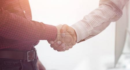 Photo pour Gros plan d'une main d'affaires shake entre deux colleagues.concept de la coopération - image libre de droit