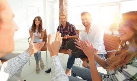 Photo pour Les employés ont applaudi le gestionnaire après un rapport réussi - image libre de droit