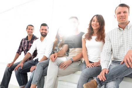 Photo pour Groupe de jeunes créateurs assis sur des chaises dans la salle d'attente - image libre de droit