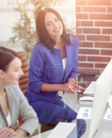 Photo pour Image de deux femmes d'affaires convivial s'asseoir et discuter de nouvelles idées - image libre de droit
