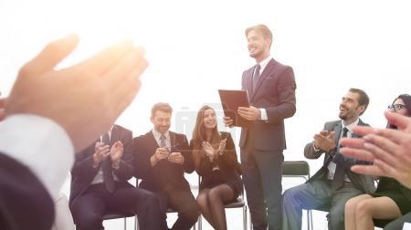 Photo pour Équipe d'affaires applaudissant l'entraîneur après la leçon sur le team building . - image libre de droit