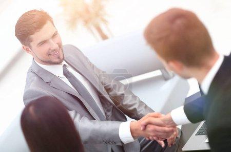 Photo pour Serrer la main de partenaires commerciaux dans le hall du bureau. photo avec espace de copie - image libre de droit