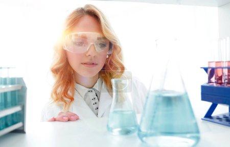 Photo pour Gros plan portrait d'une femme biologiste dans le laboratoire . - image libre de droit
