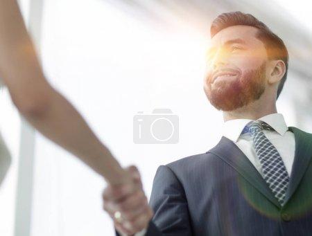 Photo pour Hommes et femmes d'affaires serrant la main sur un fond clair . - image libre de droit