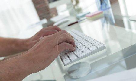 primer plano de un empleado escribiendo en un teclado de ordenador personal .